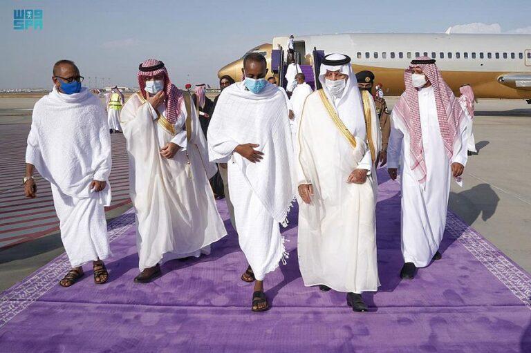 رئيس الوزراء يصل جدة لأداء مناسك العمرة