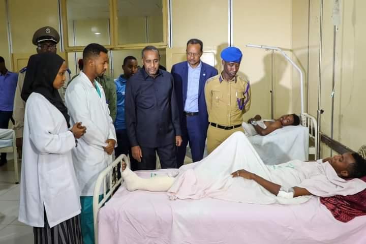 رئيس الوزراء يطمئن على الوضع الصحي لجرحى تفجير مقديشو الإرهابي
